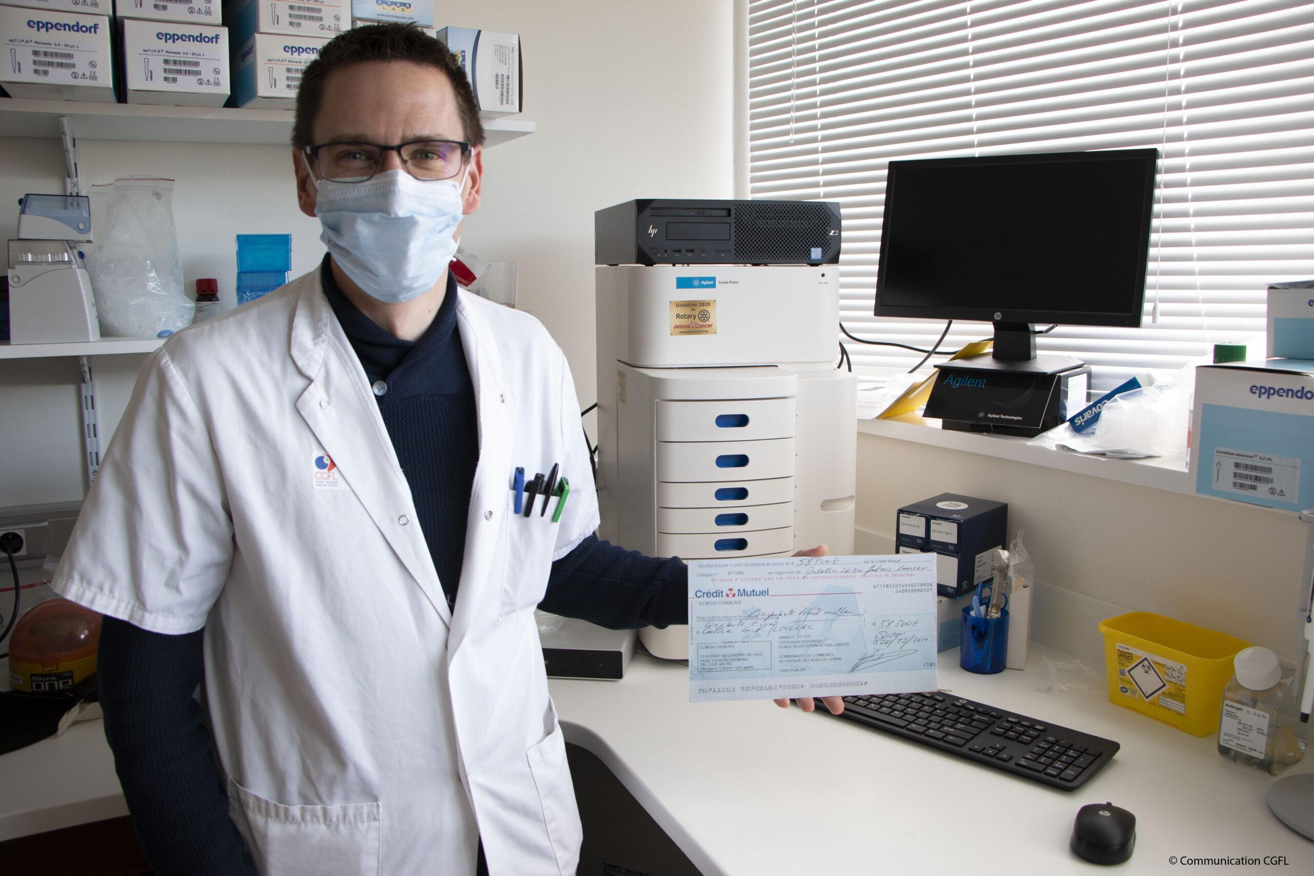 Romain Boidot chercheur en biologie moléculaire et l'équipement FEMTO PULSE